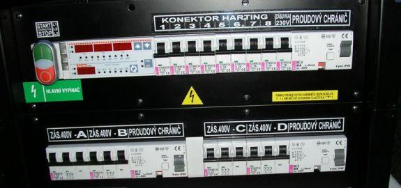 Pódiový rozváděč ve skříni 6U, proud 63A/400V.