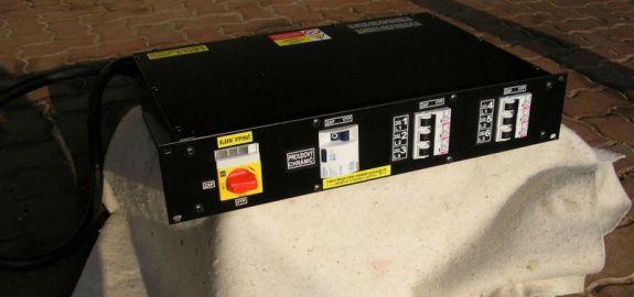 Pódiový rozváděč ve skříni 2U, proud 32A/400V.